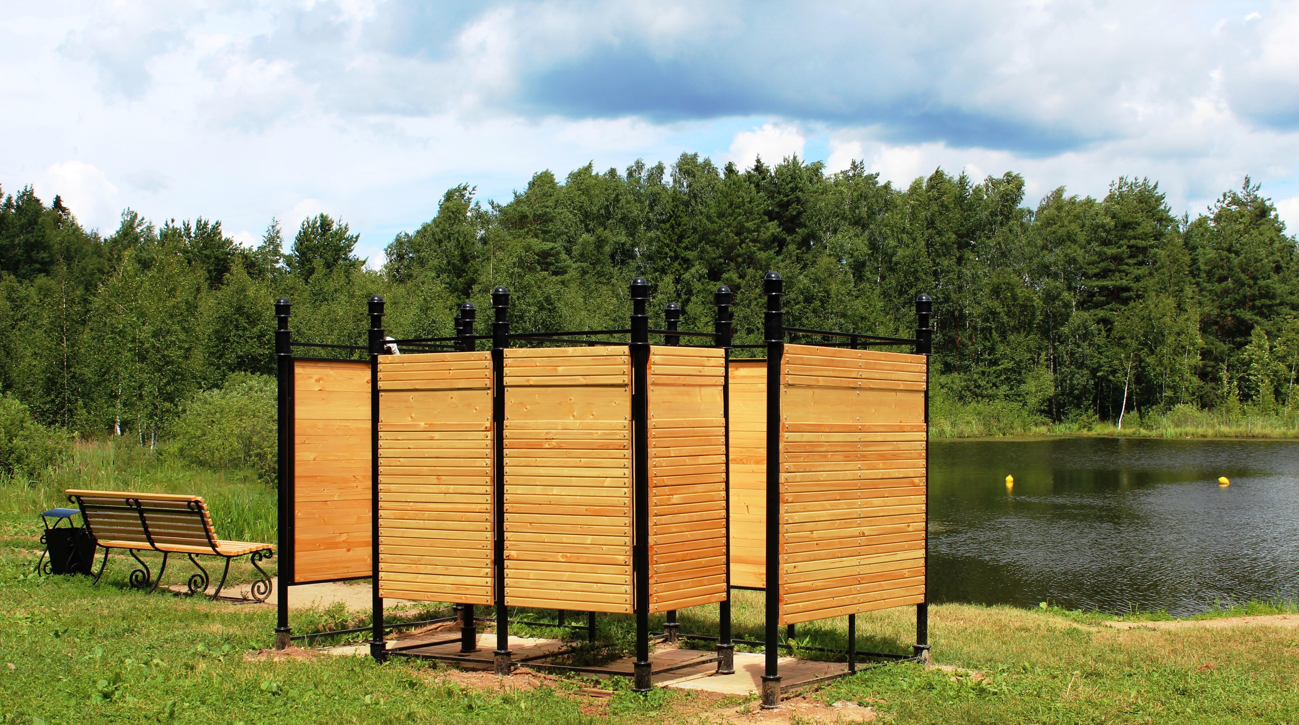 Деревянные шезлонги, парковые диваны и изящные указатели появились на Черном озере