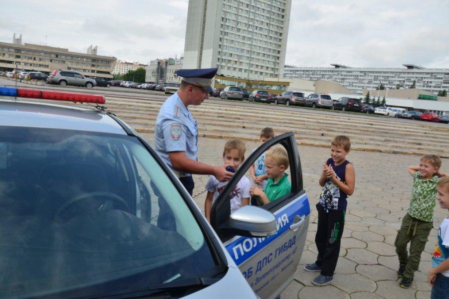Юные зеленоградцы познакомились с патрульным автомобилем дорожной полиции