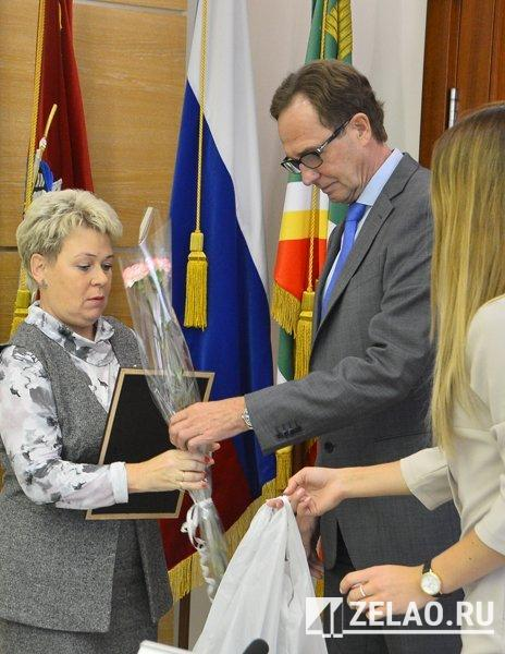 Префект округа Анатолий Смирнов наградил победителей конкурса «Зеленоградский дворик»