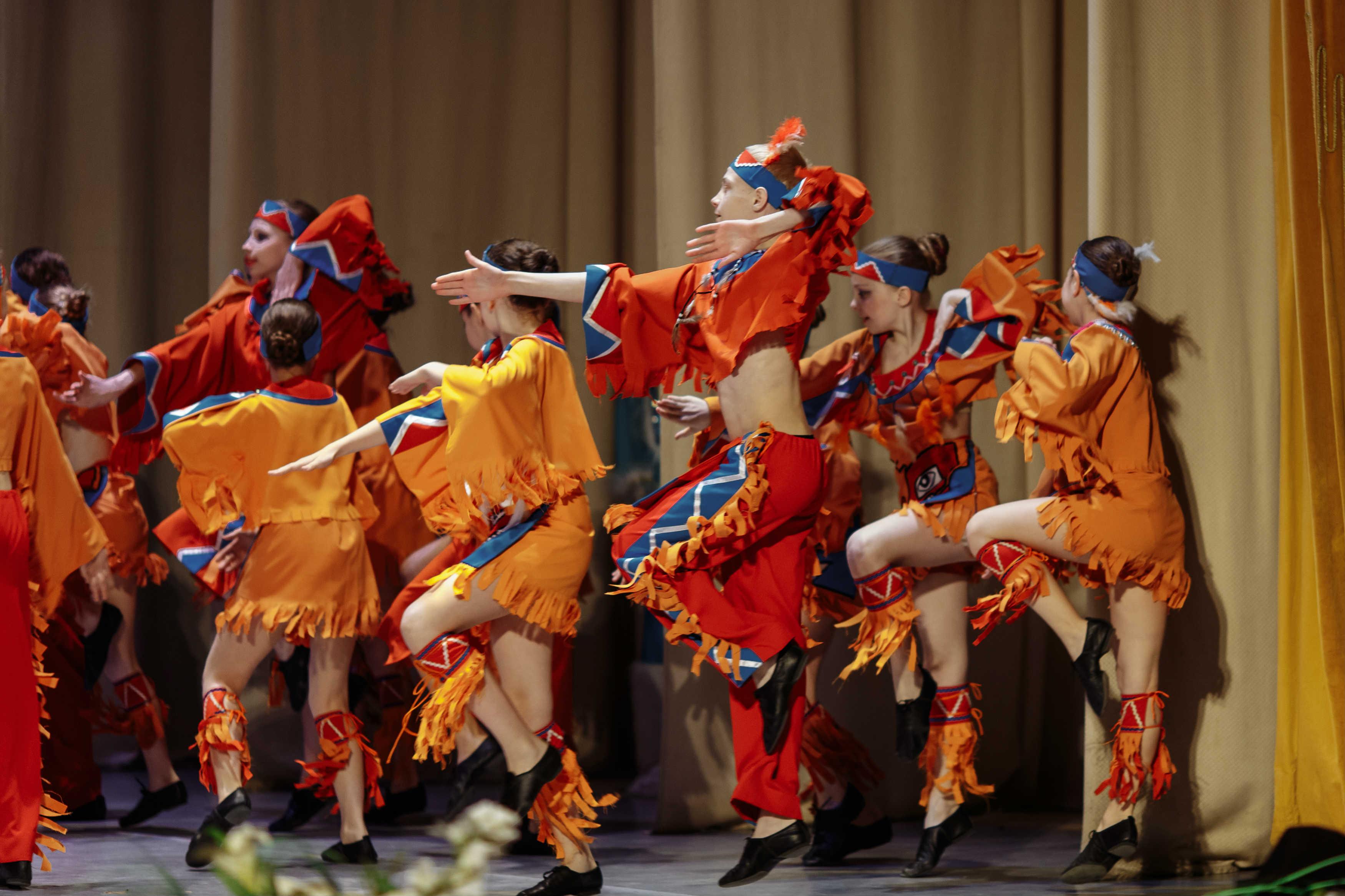 Девушки под сексуальные фото ансамбль танца женщины кончают судорогами